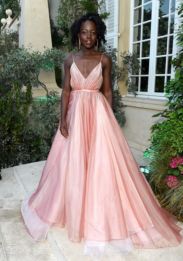 O vestido rosa e rodado, com maquiagem metálica e argolas (Foto: Antony Jones)