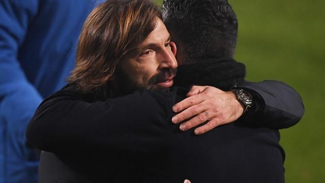 Pirlo e Gattuso se cumprimentam após a final da Supercopa da Itália