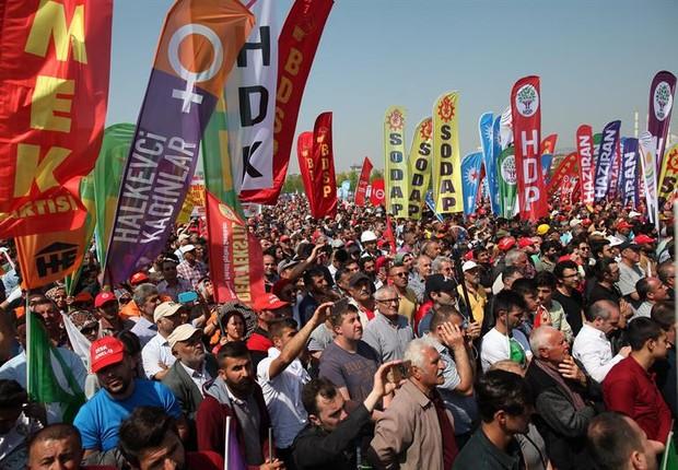 Trabalhadores turcos marcham em direção à praça Taksim, em Istambul (Foto: CEM TURKEL/EFE)
