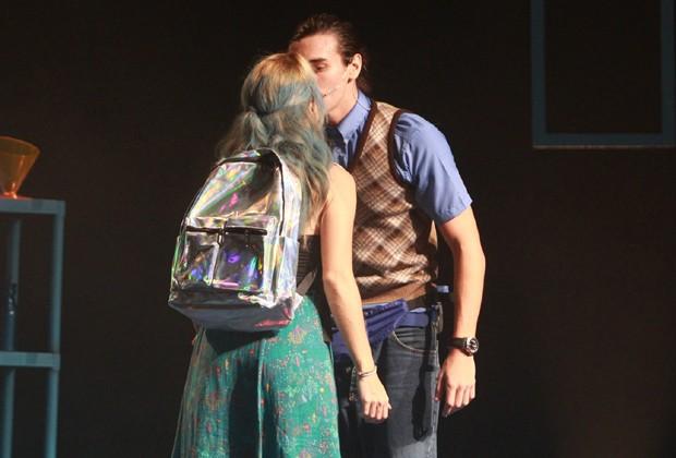 Bruno Montaleone estrela cenas românticas com Daniela Carvalho (Foto: Thygao Andrade/BrazilNews)