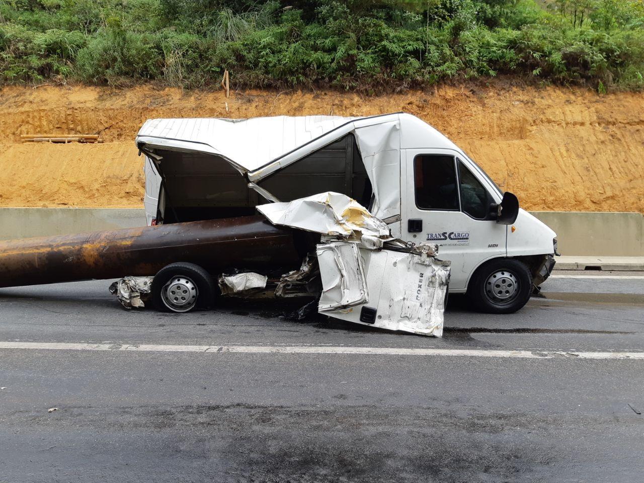 Pista BR-376 é totalmente liberada após acidente com cinco veículos, diz PRF