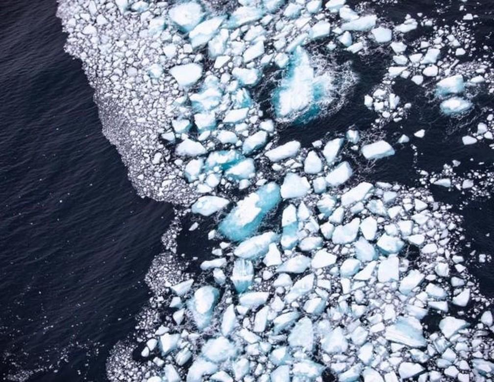 Muitos pequenos blocos de gelo estão se soltando do bloco principal do A68a — Foto: BFSAI/CORPORAL PHILIP DYE