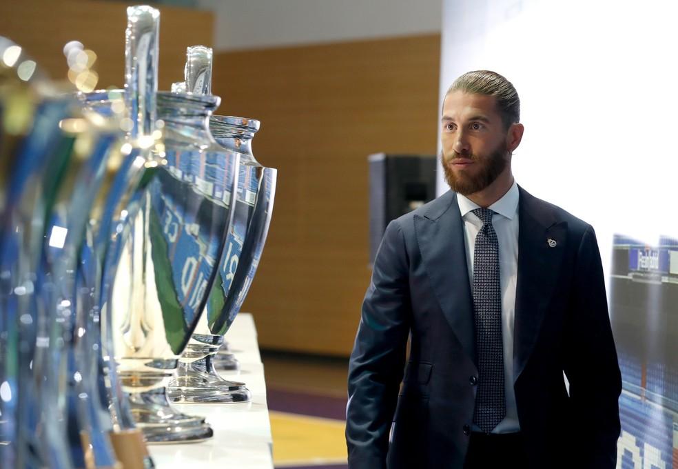 Sergio Ramos observa taças que ele ajudou o Real Madrid a conquistar — Foto: Site oficial do Real Madrid