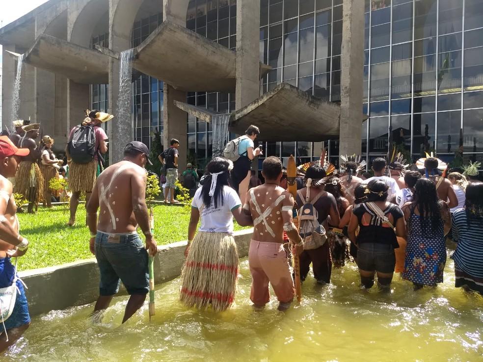 Indígenas entram em espelho d'água do Palácio da Justiça durante marcha do 15º acampamento Terra Livre — Foto: Marília Marques/G1DF