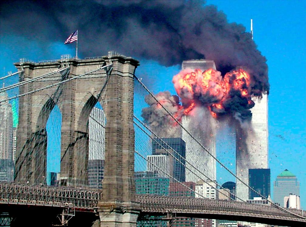 Por trás da Ponte do Brooklyn, a explosão do segundo avião a atingir o World Trade Center é vista de longe em Nova York durante o ataque terrorista em 11 de setembro de 2001 — Foto: Sara K. Schwittek/Reuters/Arquivo