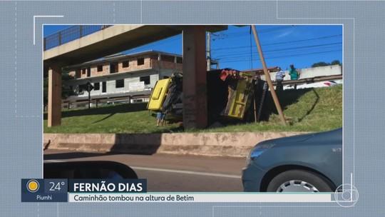 Caminhão tomba e fica escorado em pilar de passarela, em Betim