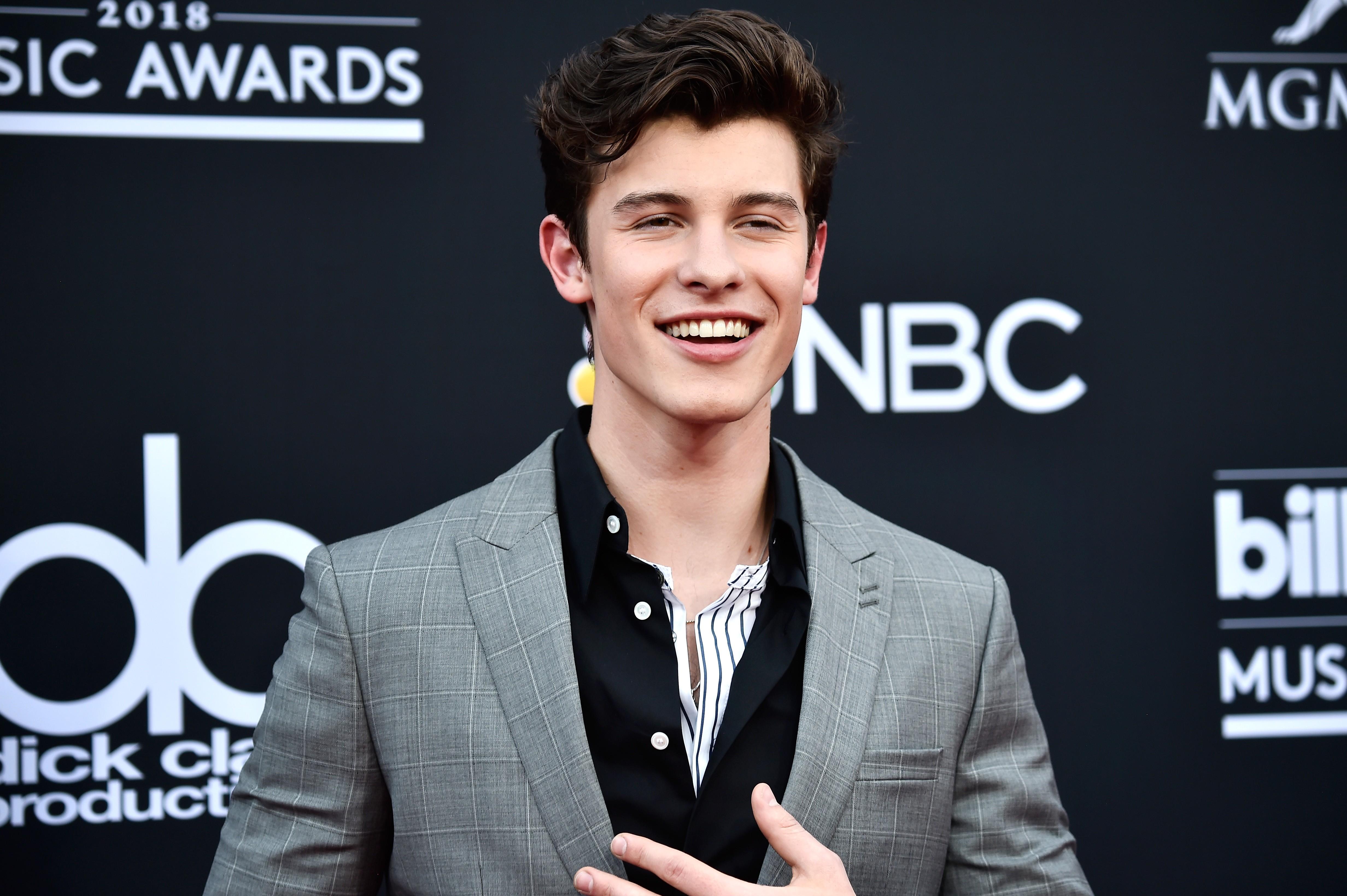 O cantor Shawn Mendes foi um dos que mandaram bem no visual para o Billboard Music Awards 2018 (Foto: Getty Images / Frazer Harrison)