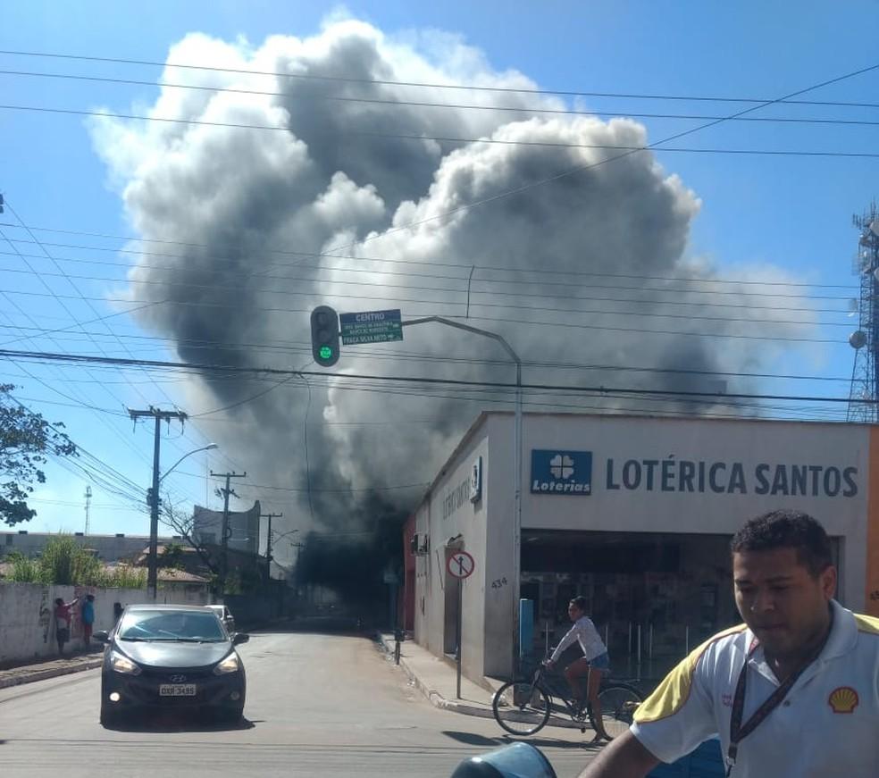 Fumaça resultante do incêndio pode ser vista à distância em Bacabal (MA) — Foto: Divulgação/Redes Sociais