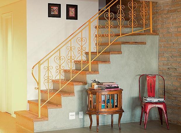 O guarda-corpo da escada ganhou visual descontraído com a tinta automotiva amarela, da RD Pinturas, na casa de Patricia Talem (Foto: Edu Castello)