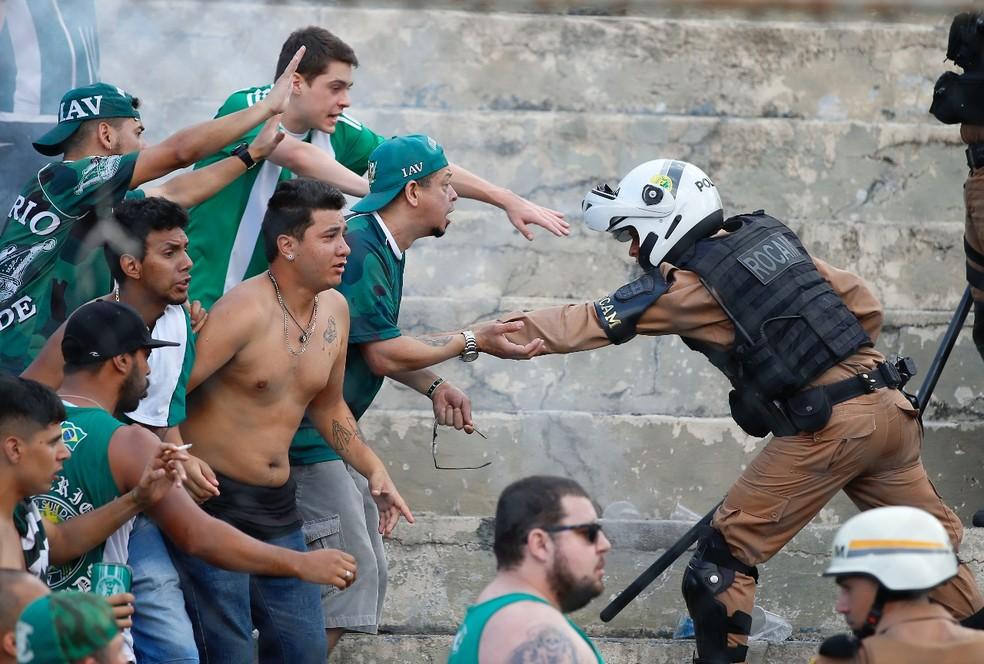 Polícia Militar faz a divisão das torcidas  — Foto: Hedeson Alves/Gazeta do Povo