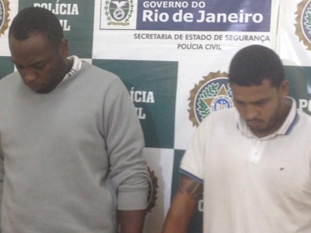 VinÍcius Marinho de Oliveira e Maicon Douglas Santana Bonifácio, de camiseta cinza, são os civis presos no caso do militar. (Foto: Alba Valéria Mendonça/ G1)