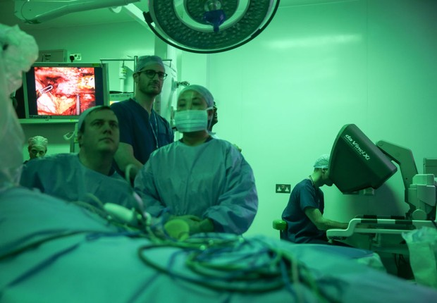 LONDON, ENGLAND - JANUARY 10: Prince William, Duke of Cambridge (R) looks through a dual console of the da Vinci XI robot before a highly complex robotic cancer operation to remove a tumour of the oesophagus at the junction between the heart, lungs and ao (Foto: Daniel Leal-Olivas - WPA Pool/Getty Images)