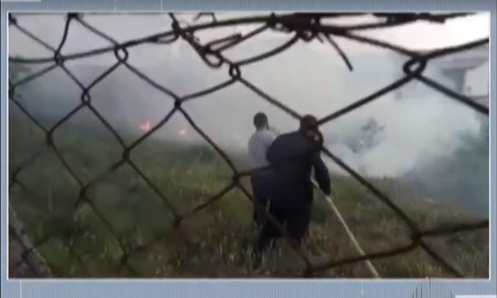 Incêndio atinge área próxima a residências da Vila Cintra, em Mogi