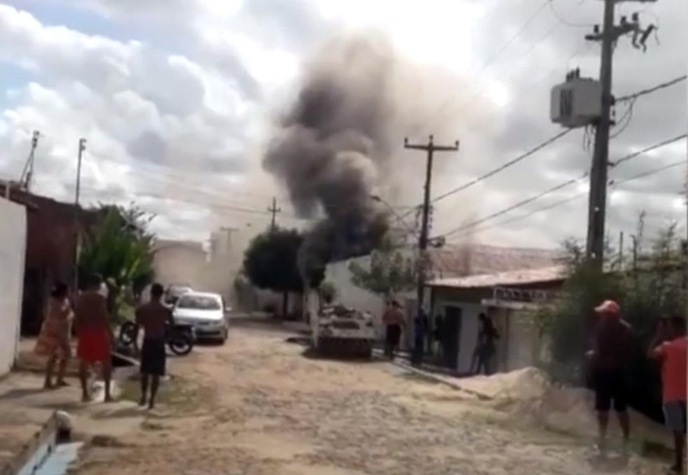 De acordo com a PM, militar aposentado teria ateado fogo na própria casa na Zona Sul de Teresina — Foto: Reprodução