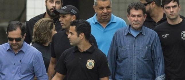 Jorge Picciani, Paulo Melo e Albertassi deixam o IML escoltados por agentes da Policia Federal  (Foto: Guito Moreto / Agência O Globo )