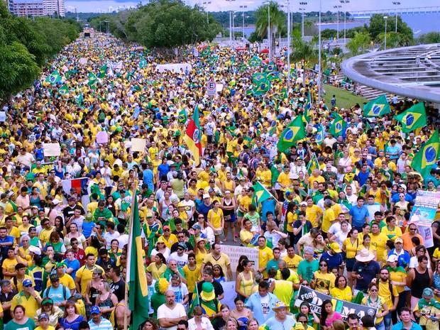 Organização de ato contra governo Dilma estima que ato começou com 80 mil pessoas, às 16h, em Manaus (Foto: Paulo Moura/Rede Amazônica)