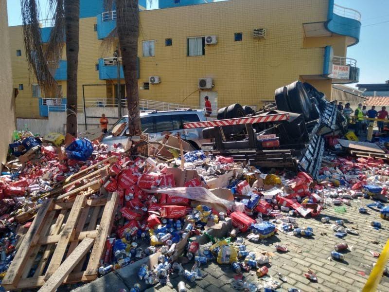 Caminhão cheio de latas de cerveja tomba em SC e parte da carga é saqueada; VÍDEO