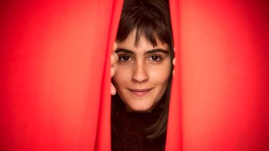 Valentina Herszage visita escola onde começou a estudar teatro e recorda: 'Um lugar em que eu podia ser o que quisesse'