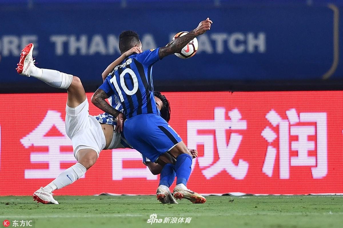 Alex Teixeira marca, e Jiangsu Suning vence o Guangzhou R&F no Chinês