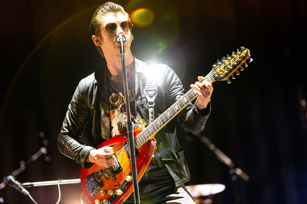 Alex Turner canta durante show do Arctic Monkeys no Lollapalooza 2019 — Foto: Diego Baravelli/G1