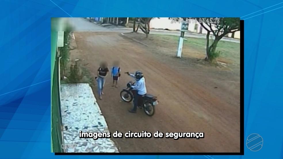 Motociclista aponta arma para crianças que estavam a caminho da escola e rouba celulares em Cuiabá — Foto: TV Centro América/Reprodução