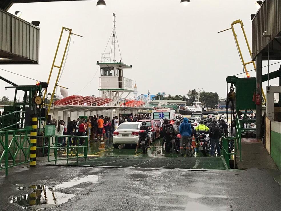 Passageiros aguardem retorno da balsa do Rio Itajaí-Açu, em Itajaí — Foto: Fabiano Correa/ NSC TV