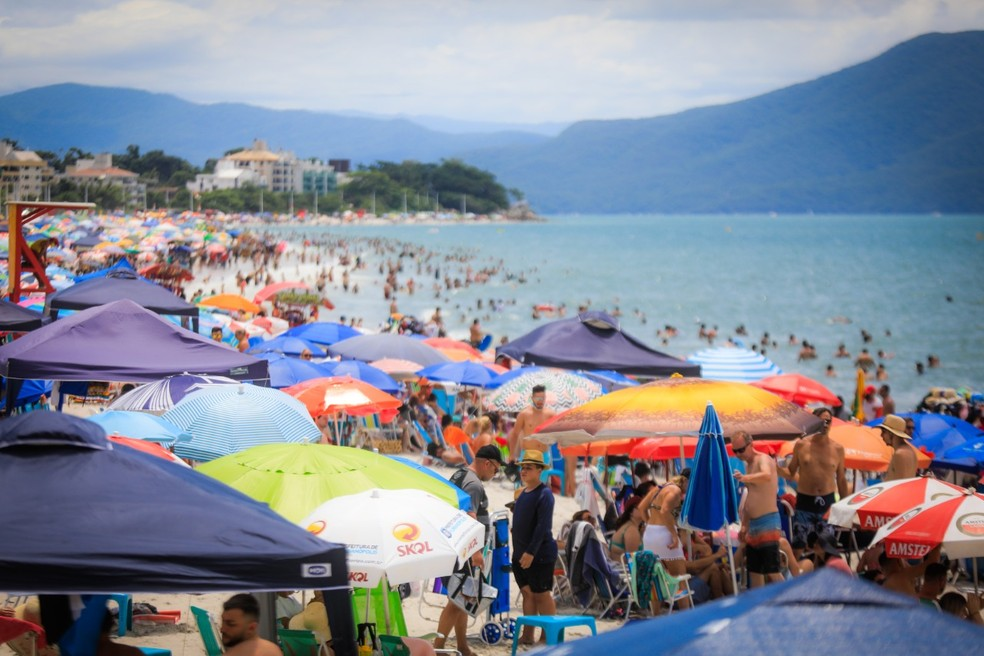 Praia em Florianópolis (SC) no final de dezembro de 2020 — Foto: Diórgenes Pandini/DC
