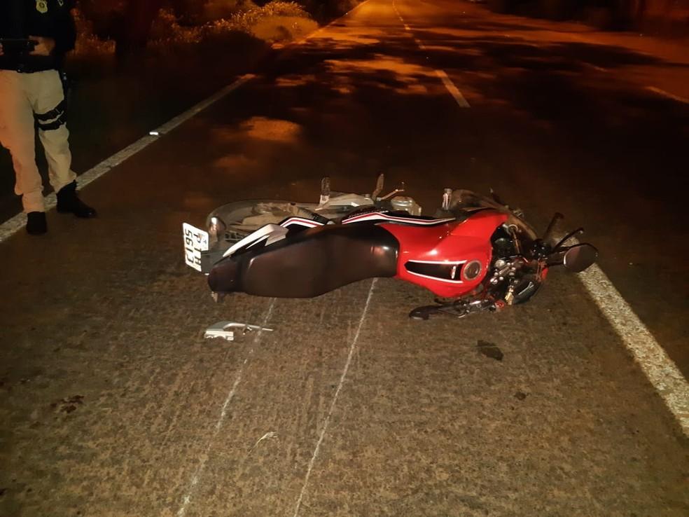 Colisão entre carro e motocicleta deixa dois graves feridos na BR-135 — Foto: Divulgação/Polícia Rodoviária Federal