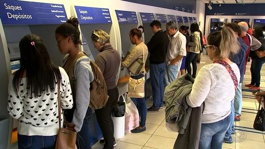 Trabalhadores que têm direito a receber PIS/PASEP fazem fila em agências