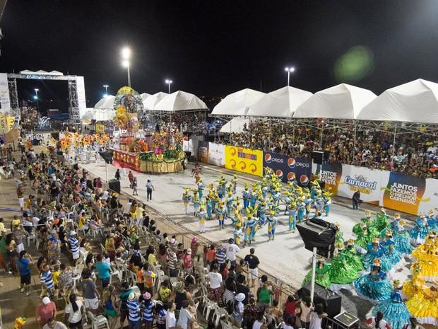 Agremiações carnavalescas se apresentam na Passarela do Samba  (Foto: Paulo Soares / O estado)