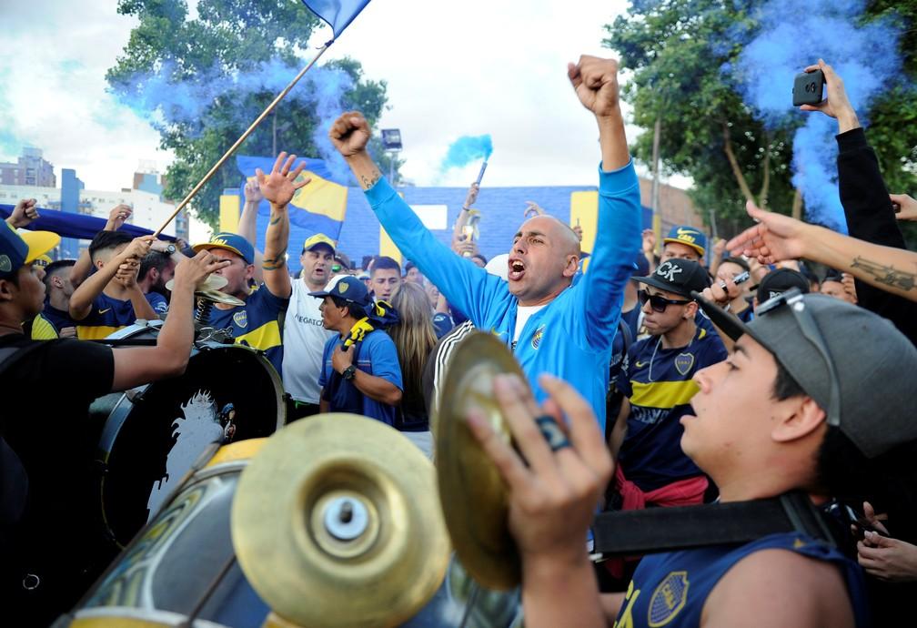 Torcedores do Boca Juniors fazem festa com instrumentos, bandeiras e fogos antes da viagem do time para a final da Taça Libertadores — Foto: Reuters/Stringer