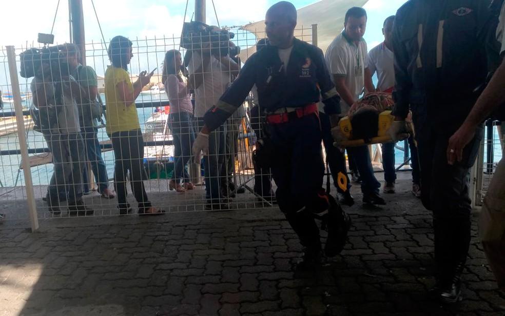 Passageiro é resgatado pelo Samu no terminal Náutico de Salvador (Foto: Juliana Almirante/G1)
