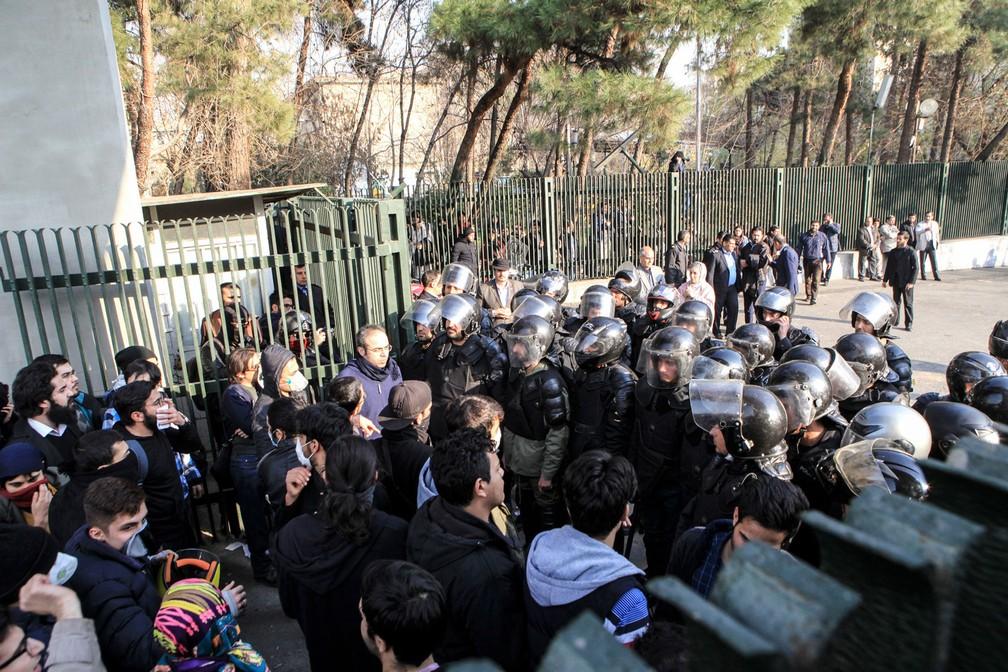 Polícia bloqueia entrada da Universidade de Teerã, onde estudantes protestavam contra o governo (Foto: STR / AFP)