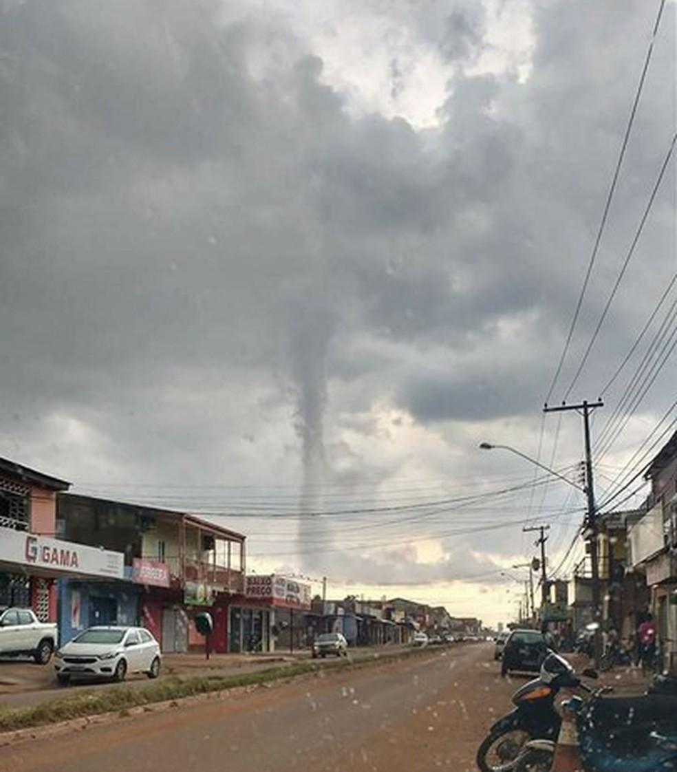 Nuvem funil foi registrada por moradores da Zona Leste da capital (Foto: Emerson Nogueira/Arquivo pessoal)