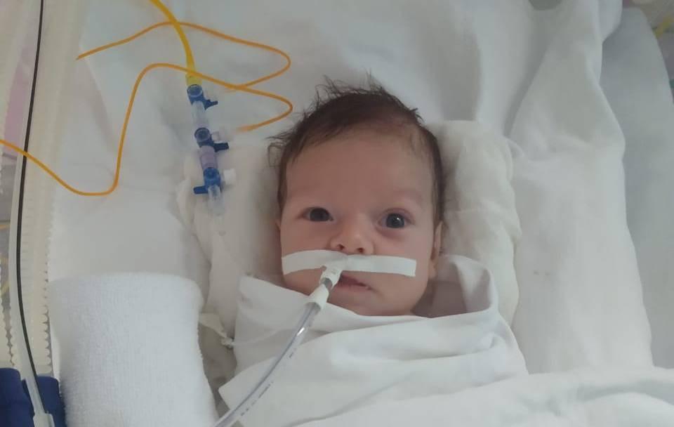 Bebê infectado pela Covid-19 com 19 dias de vida recebe alta após 1 mês internado, no AP