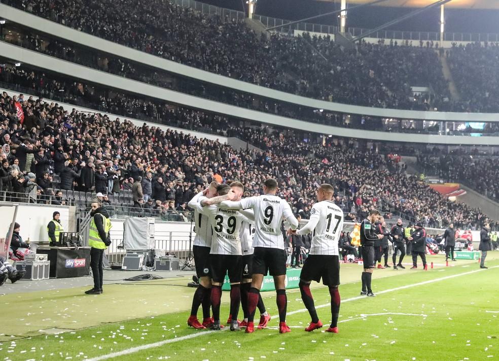 Eintracht Frankfurt conquistou vitória por 3 a 0 ao aproveitar vários erros da defesa do Mainz (Foto: Armando Babani/EFE)