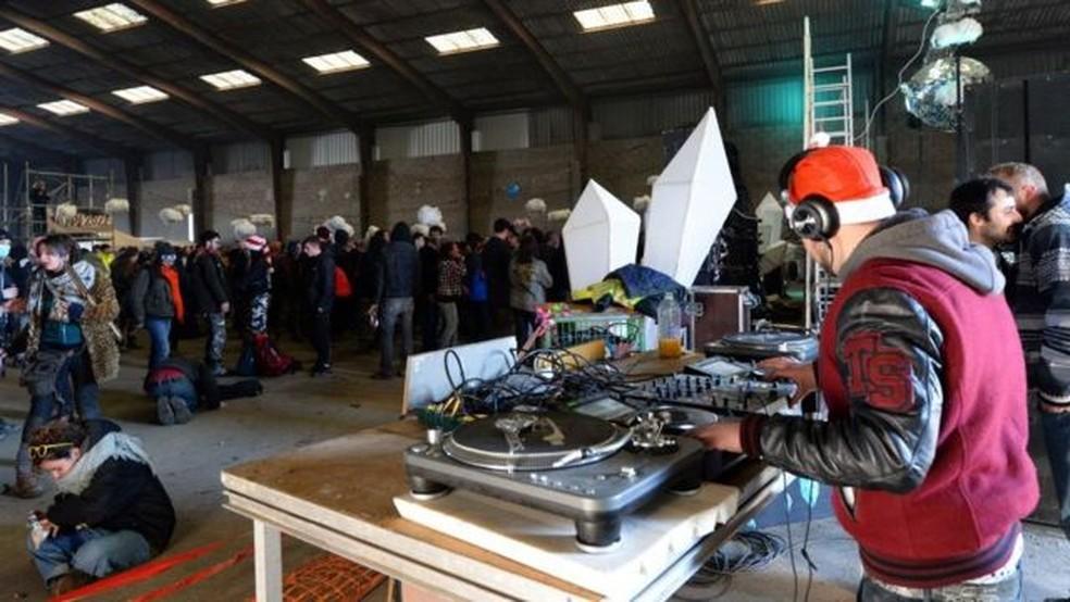 As restrições à realização de eventos de massa foram violadas em vários países, como este na França em janeiro — Foto: Getty Images via BBC