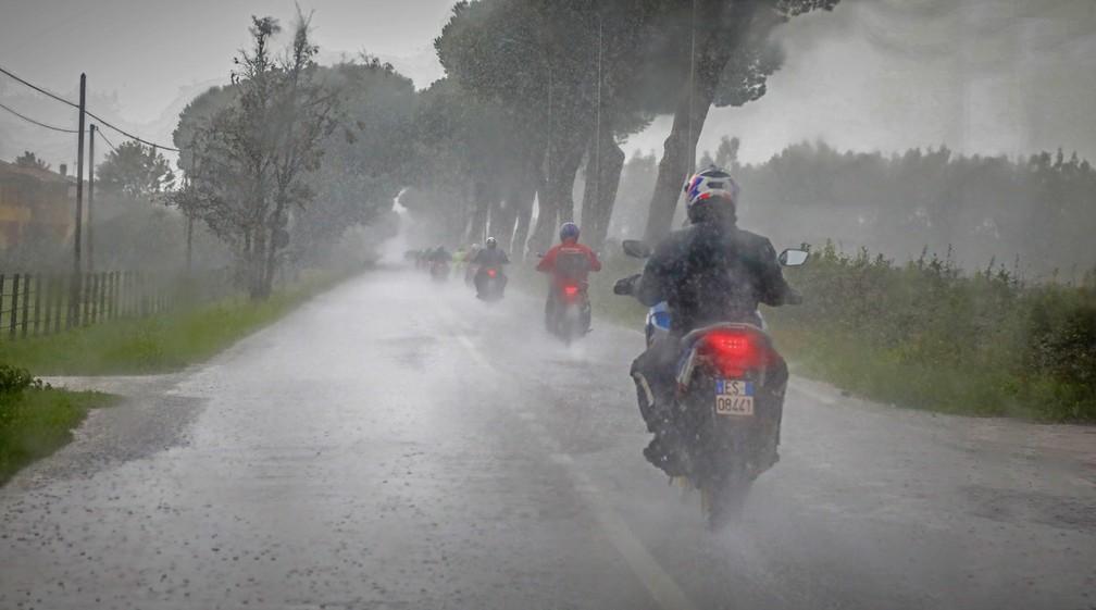 A chuva praticamente não deu trégua durante a avaliação da Honda CRF 1100L Africa Twin — Foto: Divulgação