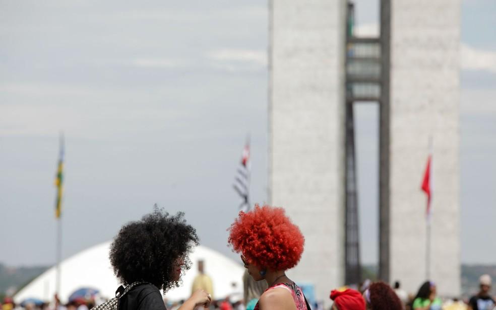 Participantes da marcha das mulheres negras diante do Congresso Nacional, em novembro do ano passado; foto compõe a exposição na UnB (Foto: UnB/Divulgação)