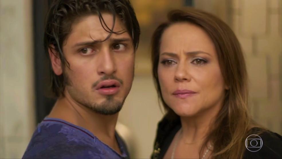 Sofia (Priscila Steinman) interrompe momento romântico e questiona Lili (Vivianne Pasmanter) — Foto: TV Globo