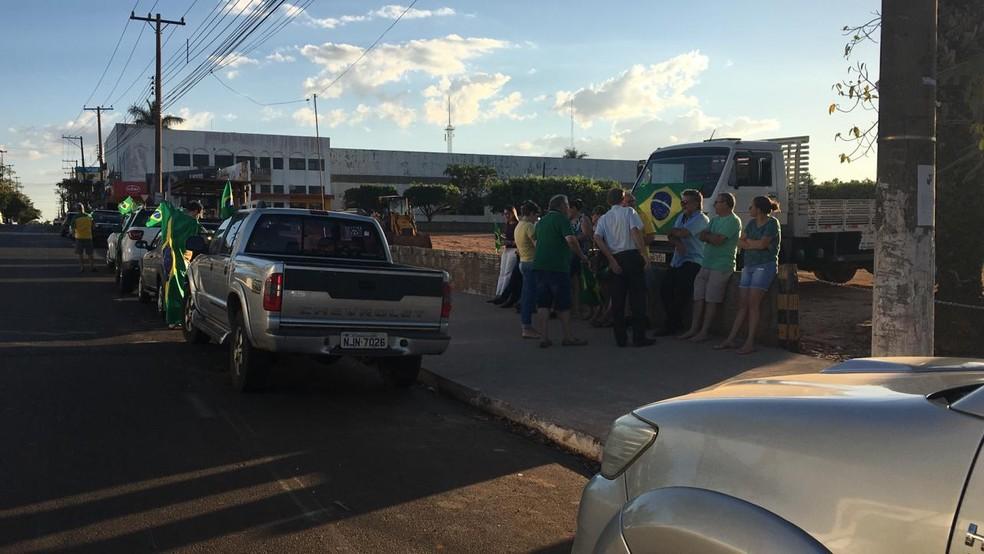 Manifestantes se reuniram em avenida de Tangará da Serra, a 242 km de Cuiabá — Foto: Theodora Malacrida/TVCA