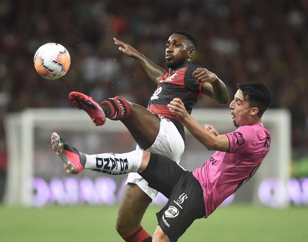 A versatilidade de Gerson foi a cara do time rubro-negro — Foto: André Durão/GloboEsporte.com