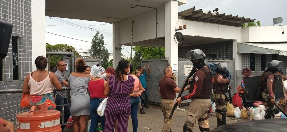 Polícia Militar no local para liberar passagem dos carros de funcionários na penitenciária de Salvador — Foto: Cid Vaz/TV Bahia