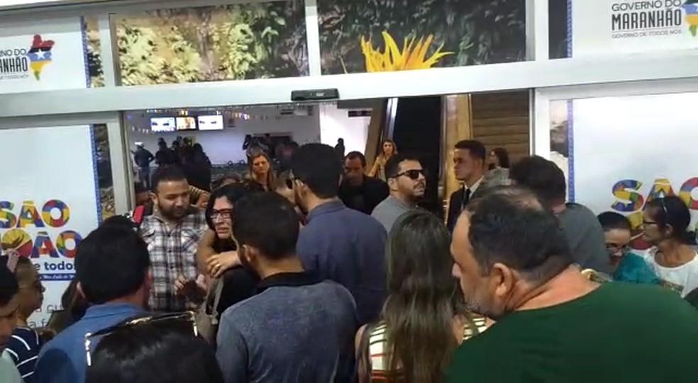 Emocionados, Lenne Lisboa e Jorge Lisboa, pais de Khálida, são recepcionados por familiares em São Luís. â?? Foto: Rafael Cardoso/G1 MA