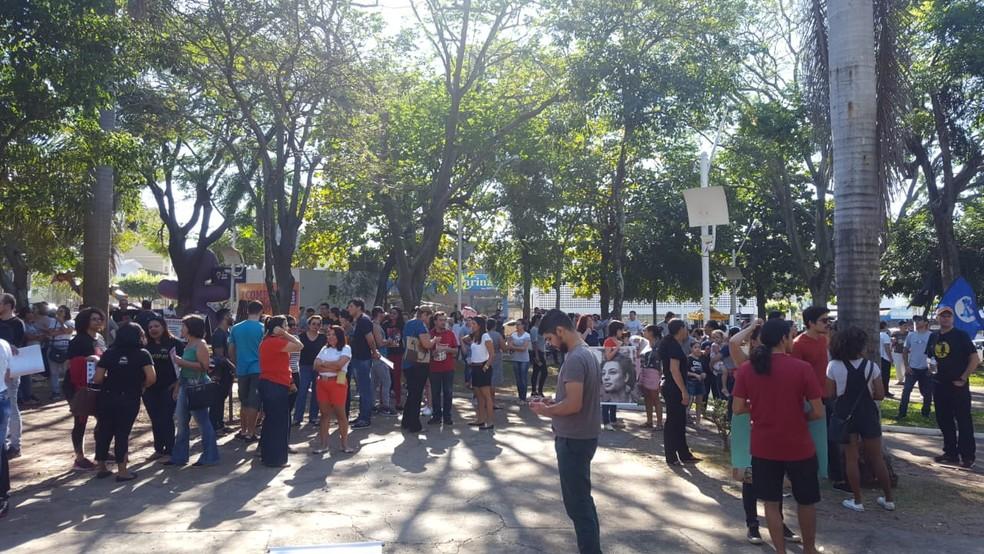 Rondonópolis (MT), 8h: Manifestantes se reúnem no Centro nesta quinta-feira (30) — Foto: Lorena Segala/TV Centro América