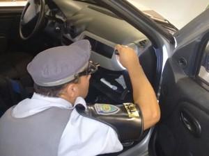 Policiais suspeitaram porque painel estava maior (Foto: Divulgação/ Polícia Rodoviária Avaré)