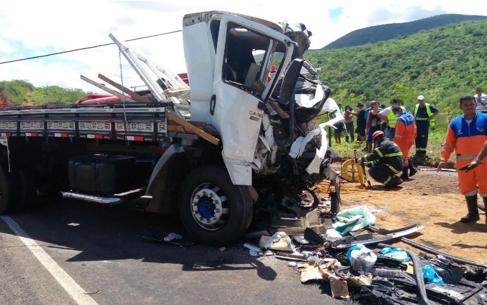 Veículo ficou com a cabine completamente destruída (Foto: David Fortunato/TV Sudoeste)