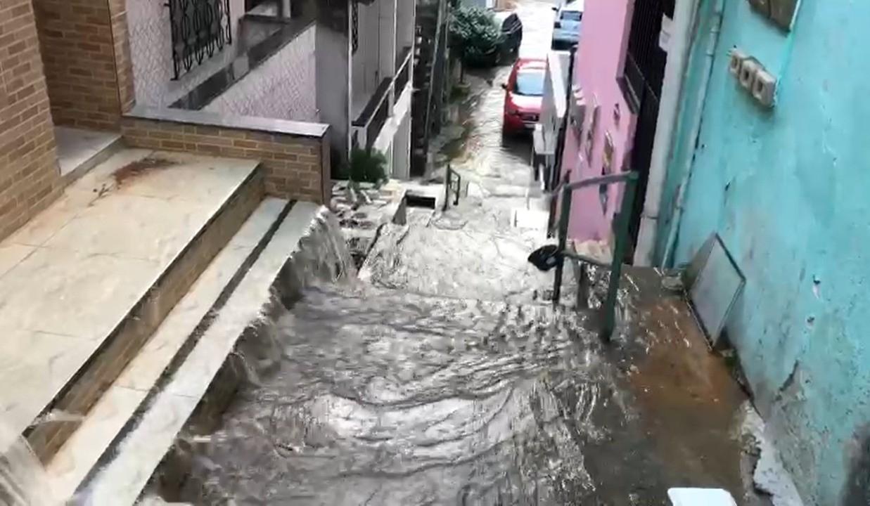VÍDEO: Moradores denunciam vazamento de água limpa na Boa Vista de São Caetano, em Salvador