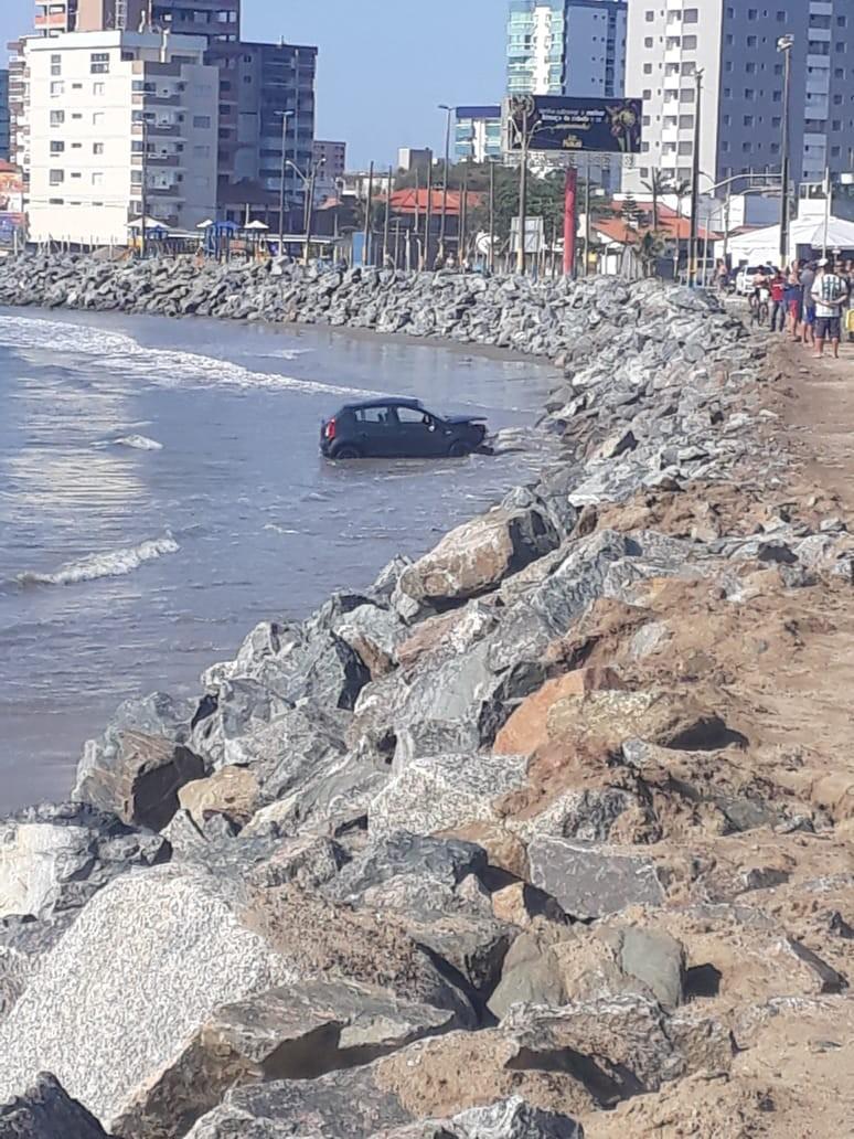 Carro furtado é encontrado capotado em praia de Navegantes