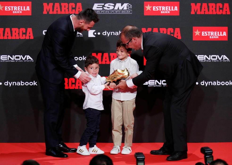 Messi recebeu Chuteira de Ouro das mãos dos filhos Thiago e Mateo — Foto: Reuters